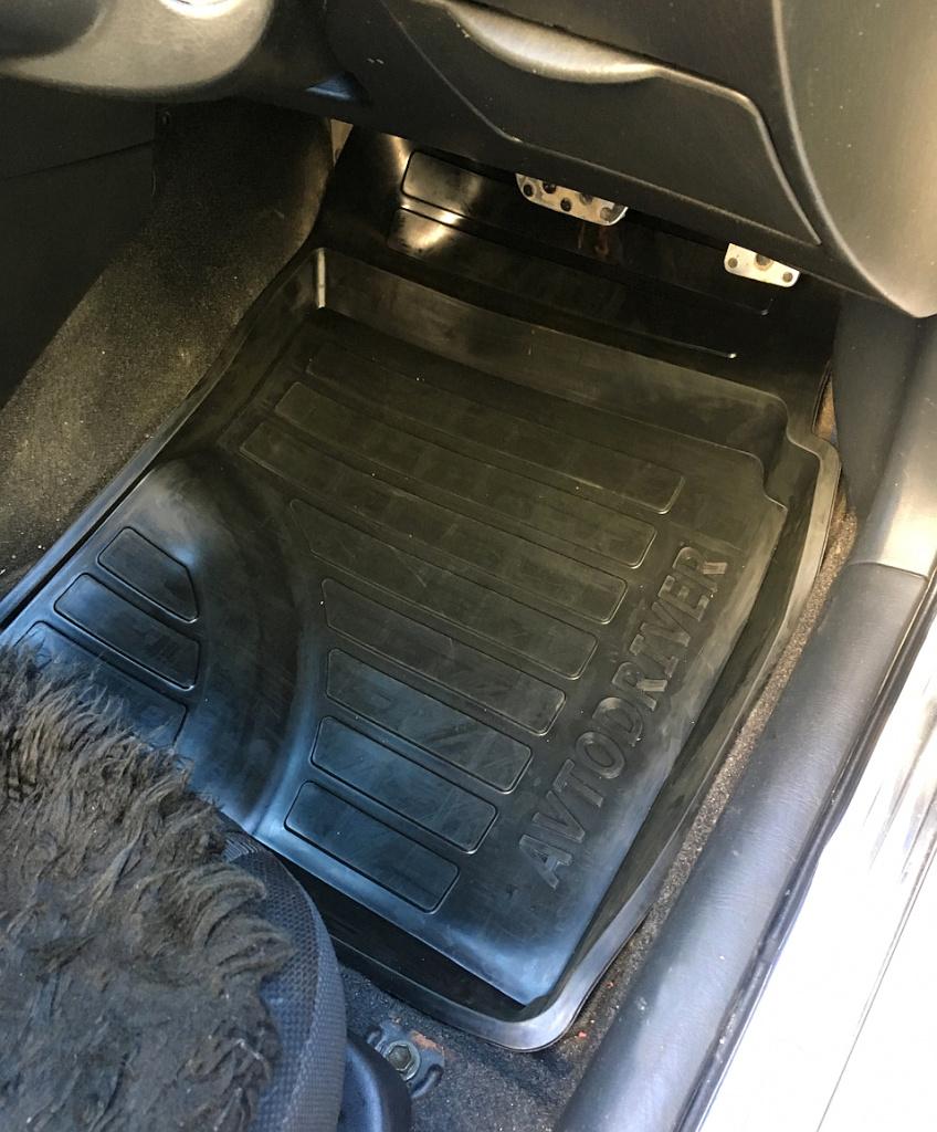 Автодрайвер в салоне пассажирский коврик